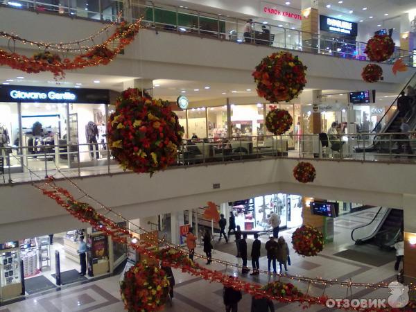 Ашан Сити Капитолий - это трехэтажный торговый центр, в котором...